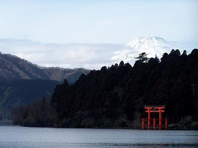 Blick über den Ashi-See zu einem Torii und dem Fuji-san