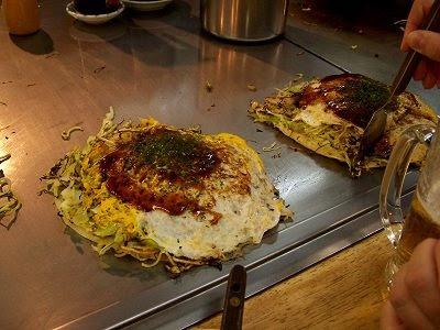 Leckere Okonomiyaki im Okonomimura in Hiroshima