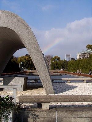 Friedensmahnmal im Peace Memorial Park in Hiroshima - mit Regenbogen