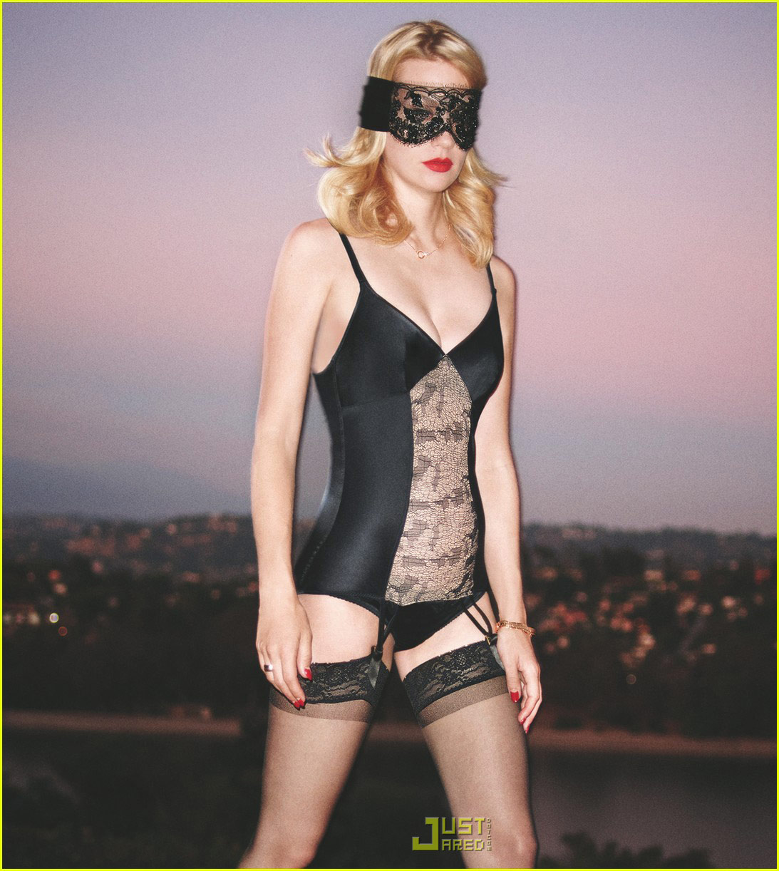 http://2.bp.blogspot.com/_PjXFx2YXWJA/THeYRDGEZqI/AAAAAAAAAXo/wbKuNE35uXw/s1600/january-jones-gq-cover-november-2009-02.jpg