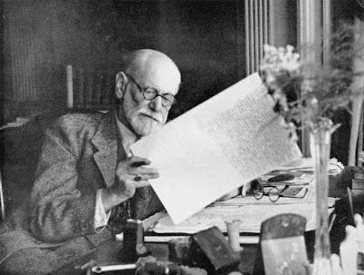 Freud alla sua scrivania