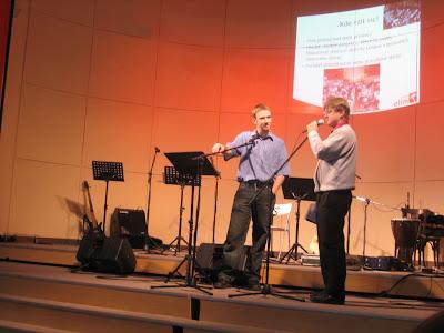 Richard Váňa a Ondřej Svatoš představují sboru Elim situaci ohledně financí, neděle 25. 5. 2008