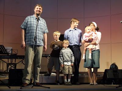 Steve Mattocks a jeho rodina ve sboru Elim vPísku