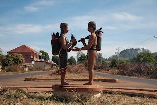 Sculpture of ethnic minorities on the road to Boeung Yeak Loam