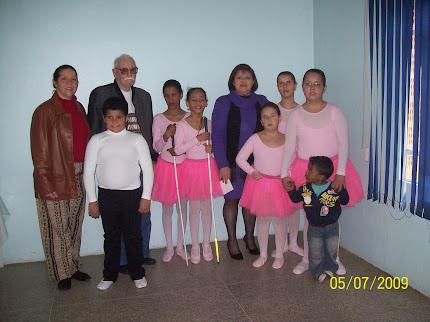 Diretora Neuza (azul) e Seu Azambuja no camarin dos bailarinos.