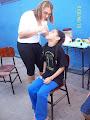 Naty sendo maquiada pela professora Carmem