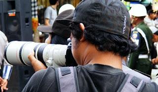 http://2.bp.blogspot.com/_Pu6vtC_6uls/SG70txqOorI/AAAAAAAAAbc/V09x5uwnx_g/s320/fotografer1.jpg