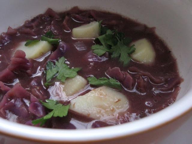 Supa de varza rosie si prune uscate