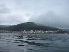 Porto do Son e o monte Dordo dende o mar.