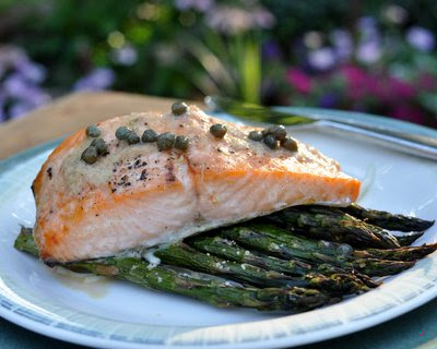 Roasted Salmon & Asparagus @ KitchenParade.com ~ just salmon and fresh asparagus roasted together, easy enough for a weeknight, elegant enough for company ~ low-carb, gluten-free, Weight Watchers PointsPlus 7