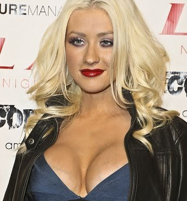 What is happening to Christina Aguilera...? I can't quite figure out what ...