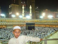Anak sulungku.. Ahmad Syauqi Hanif.Bersama-sama ayahnya mengerjakan Umrah