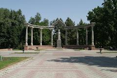 Kurmandjan Datkan muistomerkki Bishkekissä