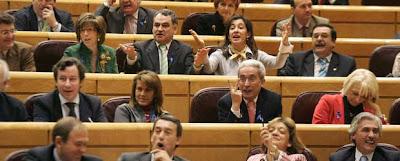 Instantánea de los senadores populares increpando a Zapatero