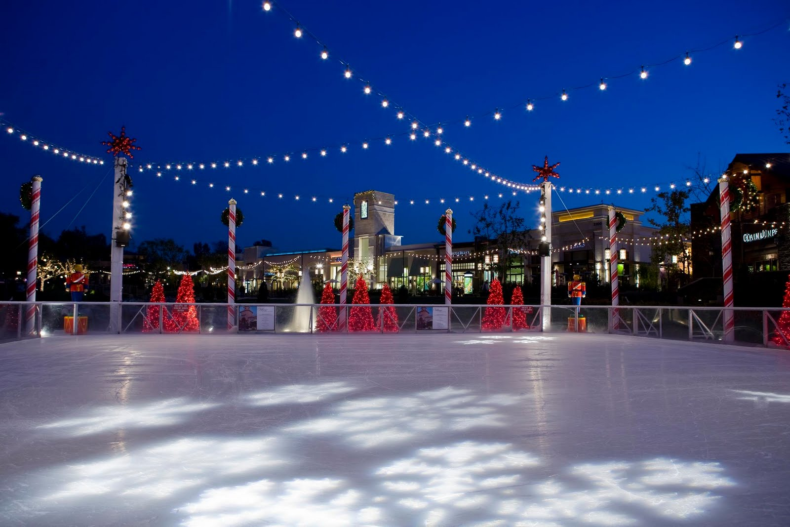 THE MAGICAL OUTDOOR ICE RINK RETURNS TO THE LAKES AT THOUSAND OAKS