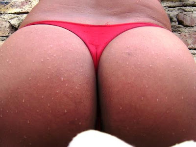 cola mojadita en bikini