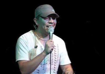 el tecla cantando en un recital de cumbia