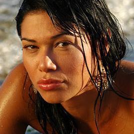 mariana de melo en la playa de vacaciones