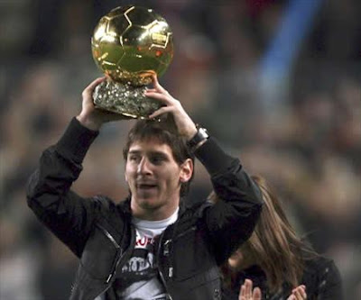 foto de messi levantando balon de oro
