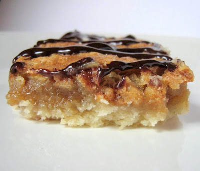 une gamine dans la cuisine: Maple Macadamia Nut Bars
