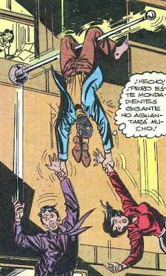 Spiderman descalzo con los zapatos al cuello
