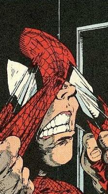 Spiderman enfundándose el traje