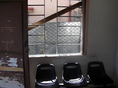 Área de Espera del Consultorio con buena ventilación al fondo.