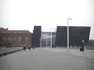 Biblioteca Nacional. Edificio articulado que unifica el edificio antiguo de La biblioteca Real con el edificio moderno nombrado Diamante Negro.