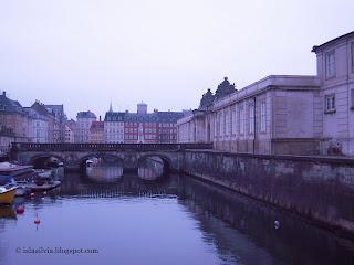Puente de mármol que sirve de entrada al Parlamento