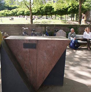 Los homosexuales y lesbianas deportados a los campos de concentrción nazi fueron marcados con el símbolo del triángulo rosa invertido.