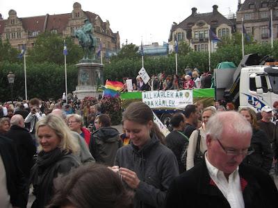"""Al fondo, el Partido de los Verdes con la consigna """"Todo Amor es Bueno""""."""