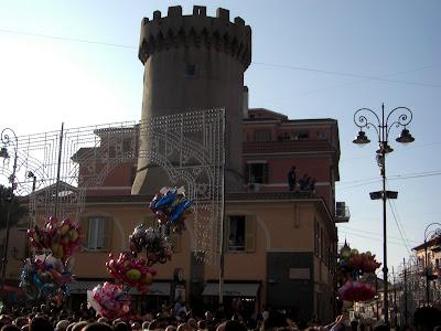 Torre medieval en la plaza principal de la ciudad.