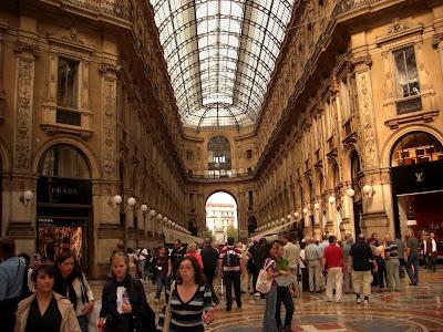 Interior de la Gallería Vittorio Emanuele con comercios y cafés.