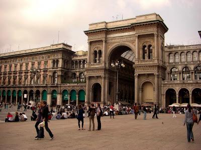 Entrada a la Gallería Vittorio Emanuele desde la piazza Duomo. Segunda mitad del siglo XIX.