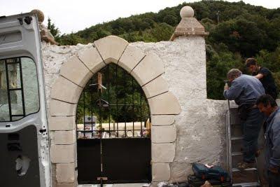 Le nouveau portail du cimetière à Pomy