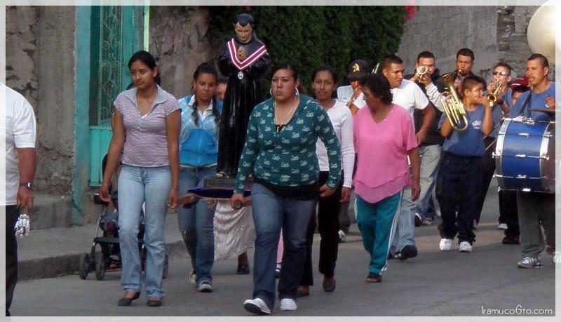 Prosecion en honor a San pascual bailon en Iramuco, gto
