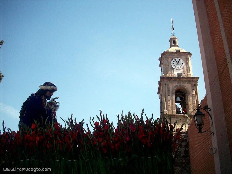 el Señor de las tres caídas y la torre de la iglesia de Iramuco, Gto
