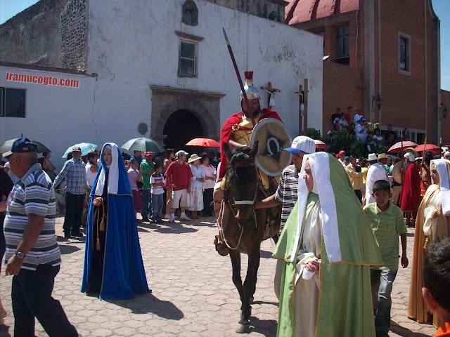 Los judíos y las vírgenes son parte de la representación de la Semana Santa