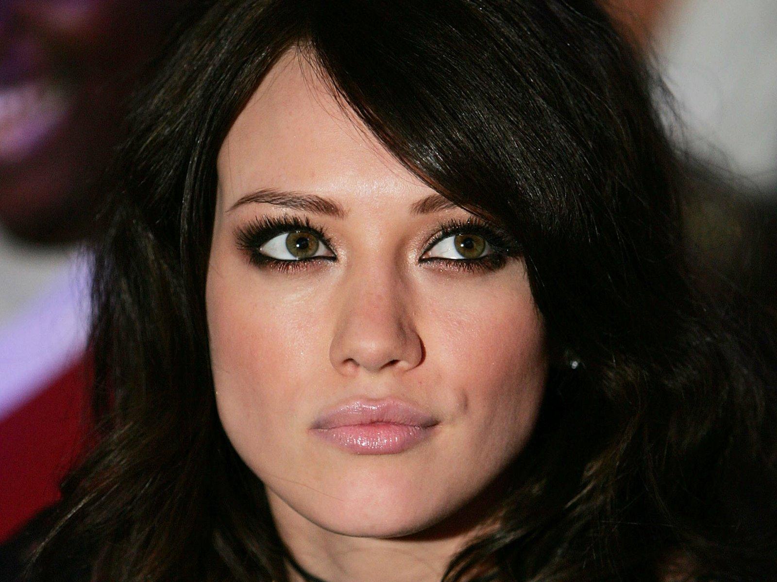 Брюнетка с зелеными глазами и светлой кожей макияж фото