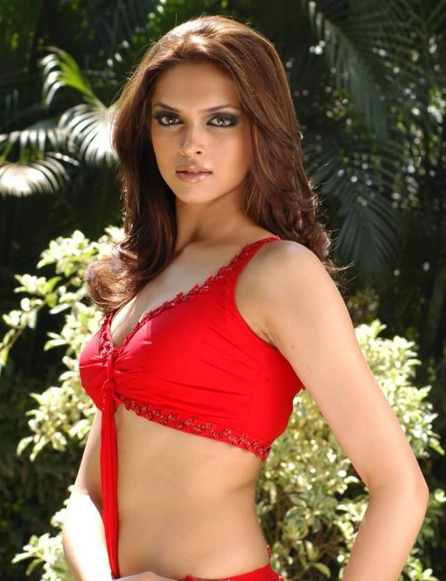 Deepika Padukone Hot Navel Show