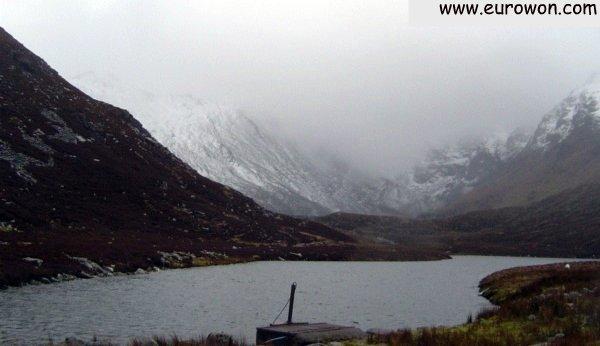 Carrauntoohil y el lago en un día de mal tiempo