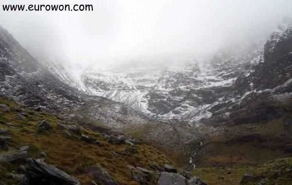 Carrauntoohil con nieve pero cubierta por la niebla