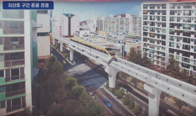 Un metro pasando por el monorraíl de Daegu