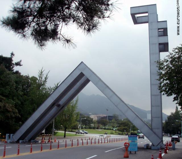 Entrada principal de la Universidad Nacional de Seúl con el símbolo de la SNU
