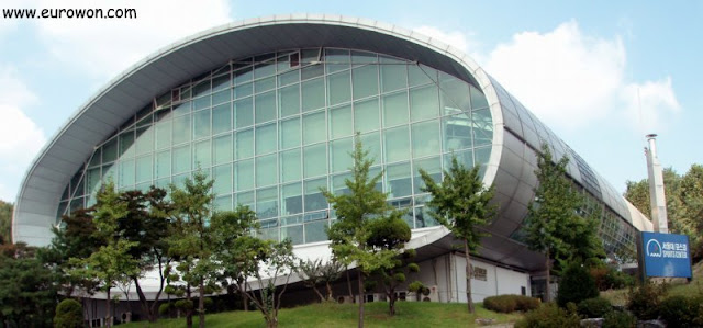 Instalaciones deportivas interiores de la SNU donadas por Posco