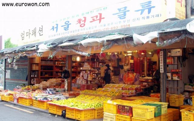 Puesto de fruta en un mercado de Jeju