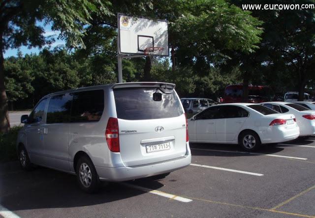 Canasta de baloncesto en medio de un aparcamiento de Jejudo.