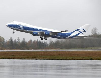 Versión de carga del B-747 despegando