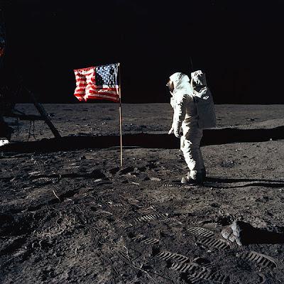 Buzz Aldrin, del Apollo 11, frente a la bandera estadounidense (NASA)