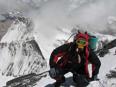 Humano subiendo al Everest (peakfreaks.com)
